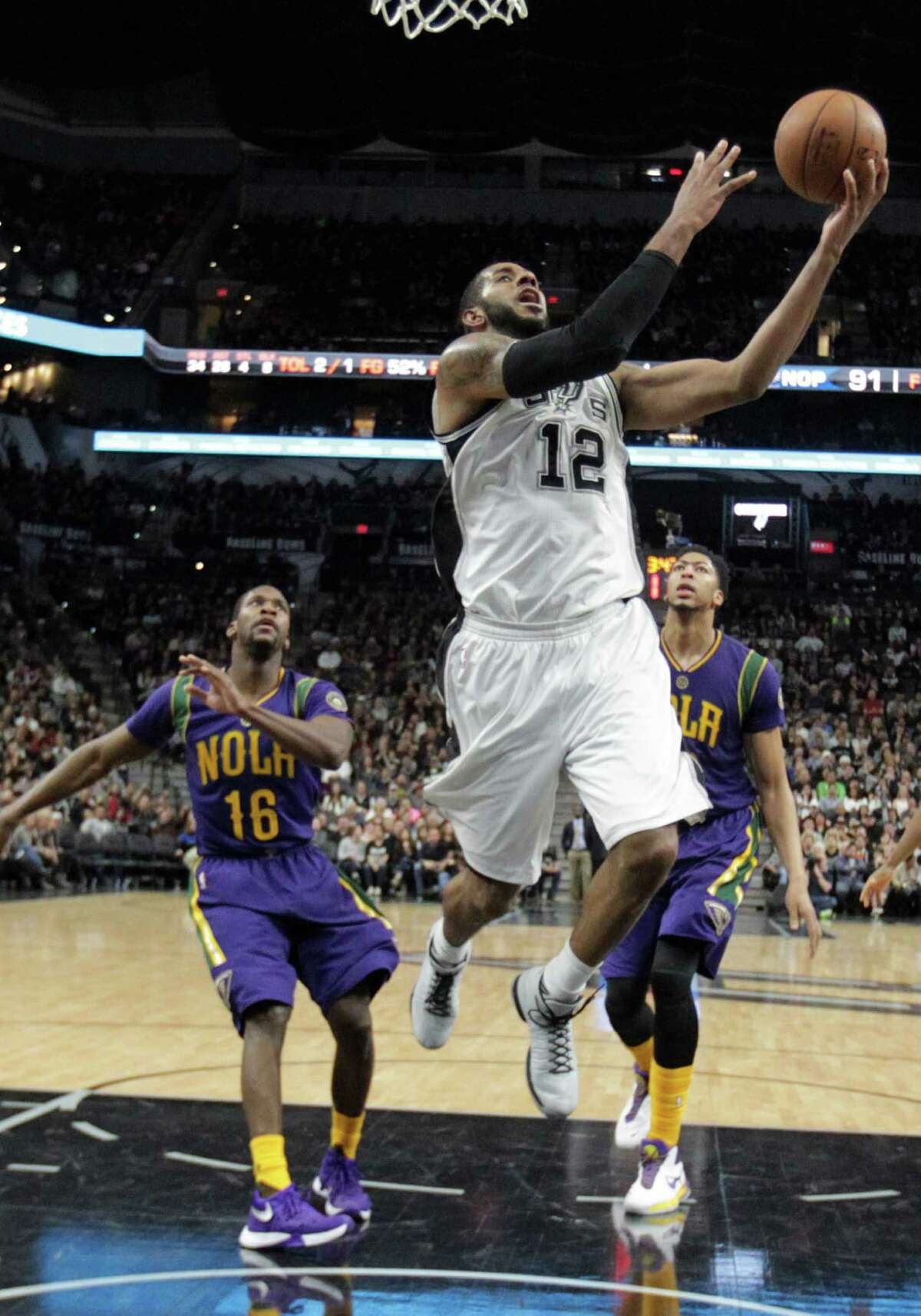San Antonio Spurs' LaMarcus Aldridge gets through New Orleans Pelicans' Toney Douglas, left, and Anthony Davis during the second half at the AT&T Center, Wednesday, Feb. 3, 2016.