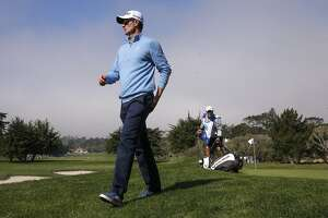 Mickelson ignores Father Time, takes lead at Pebble Beach - Photo