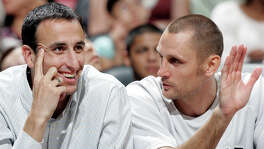 The Spurs' Manu Ginobili and Brent Barry talk on the bench Saturday night Oct. 20, 2007 at the AT&T Center in San Antonio during the Spurs' 104-80 win over the Detroit Pistons. (WILLIAM LUTHER/STAFF)