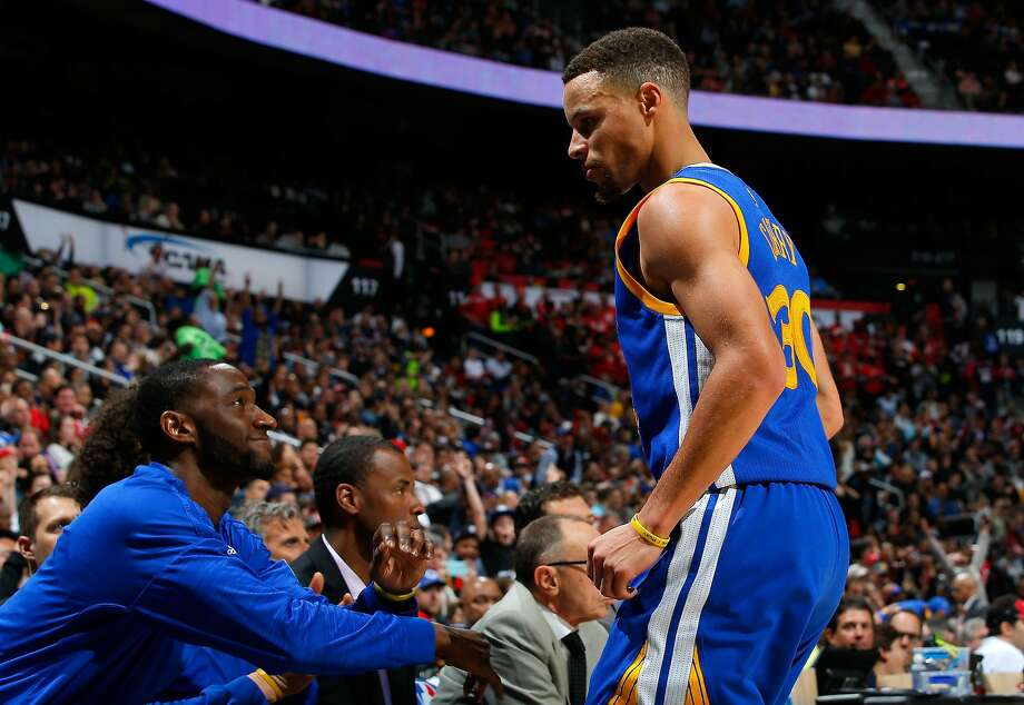 Stephen Curry #30 of the Golden State Warriors reacts towards his bench after hitting a three-point basket against Jeff Teague #0 of the Atlanta Hawks at Philips Arena on February 22, 2016 in Atlanta, Georgia. Photo: Kevin C. Cox, Getty Images