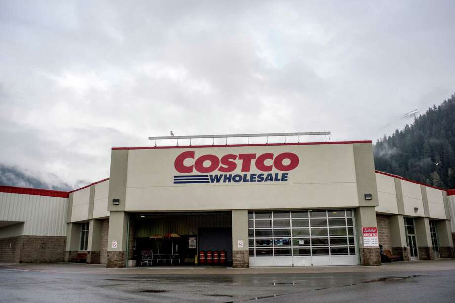 Today's grocery showdown settles an internet delivery battle between economy stores Costco and Cash and Carry. Both are available in Seattle on Instacart.Let's see what they have to offer in basic groceries. Photo: Dagny Willis, Getty Images / ©DagnyWillis