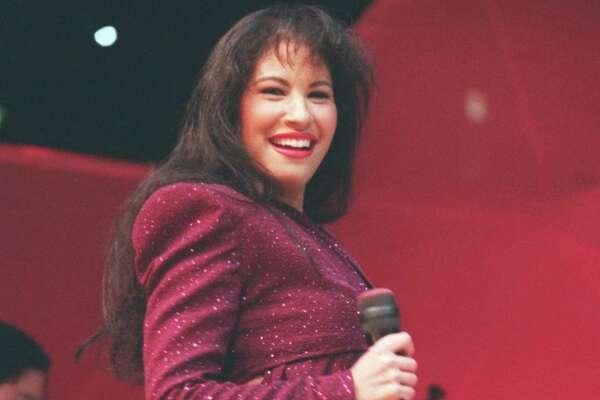 CONTACT FILED:  SELENA.   02/26/1995 - Tejano singer Selena performs at the Astrodome during the Houston Livestock Show and Rodeo.  Selena Quintanilla Perez.       HOUCHRON CAPTION (04/01/2005) SECLAVIBRA COLOR:  CON LA SONRISA A FLOR DE PIEL: Selena sonréƒ é'e durante su presentaciéƒ é'³n en el Astrodome el 26 de febrero de 1995 en el Rodeo de Houston, su éƒ é'ºltimo concierto antes de su muerte unas semanas despuéƒ s.