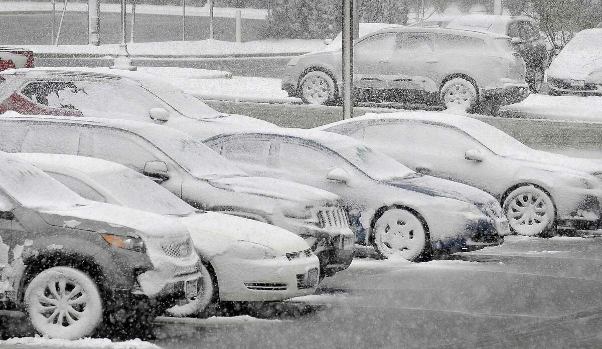 Cars in a public parking lot. (Mike Voss/The Daily Journal via AP) MANDATORY CREDIT ORG XMIT: ILKAN502