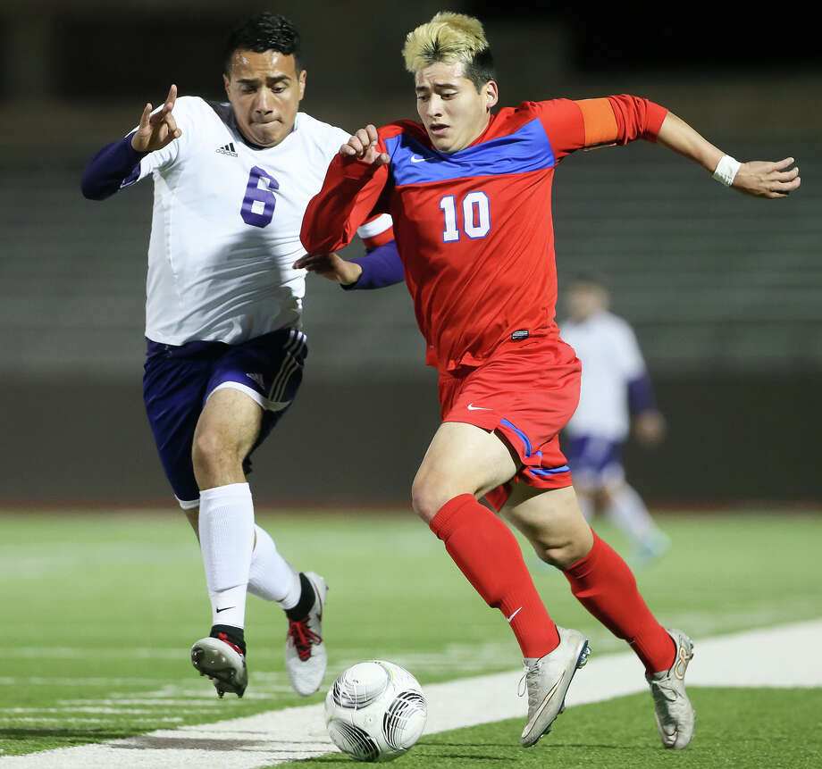 Jefferson's John Mendoza (right) battles Brackenridge's Oscar Vasquez for the ball during the first half of their District 28-5A game on Feb. 9. Photo: Marvin Pfeiffer /San Antonio Express-News / Express-News 2016