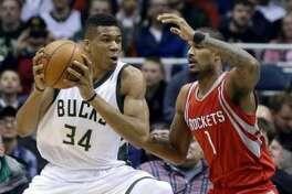 Giannis Antetokounmpo, de los Bucks de Milwaukee, trata de eludir a Trevor Ariza, de los Rockets de Houston, durante la primera mitad del partido realizado el lunes 29 de febrero de 2016 (AP Foto/Aaron Gash)