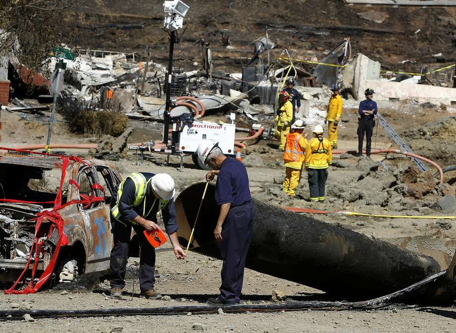 Federal investigators inspect a 40-foot section of pipeline on Glenview Drive in San Bruno near where the blast occurred. Photo: Paul Chinn, The Chronicle