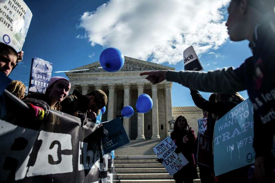 Anti-abortion and pro-abortion rights demonstrators rally outside the U.S. Supreme Court. Photo: GABRIELLA DEMCZUK, STR / NYTNS