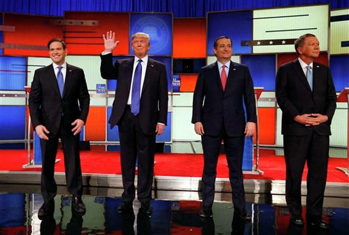 Los precandidatos presidenciales republicanos Marco Rubio, Donald Trump, Ted Cruz y John Kasich suben al escenario antes del debate del jueves 3 de marzo de 2016 efectuados en el Fox Theatre de Detroit.