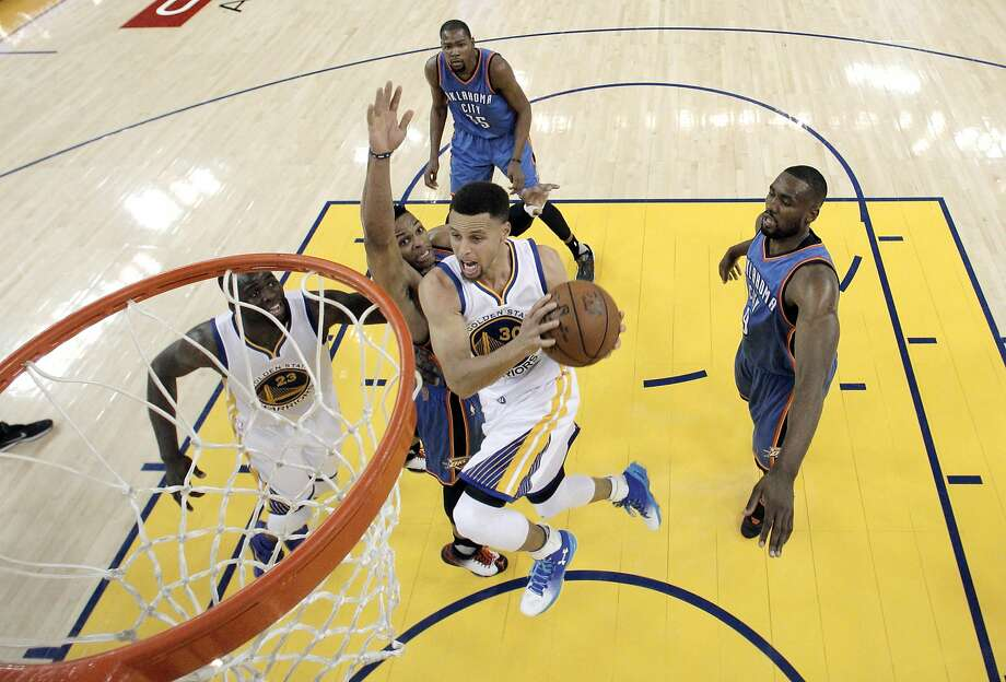 Stephen Curry (30) drives to the basket in the first half as the Golden State Warriors played the Oklahoma City Thunder at Oracle Arena in Oakland, Calif., on Thursday, March 3, 2016. The Warriors defeated the Thunder 121-106 to tie the longest home winning streak at 44 games. Photo: Carlos Avila Gonzalez, The Chronicle