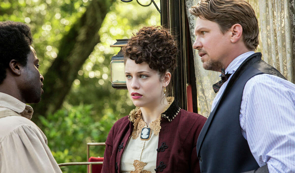 Clyde (David Kency), Elizabeth Hawkes (Jessica de Gouw) and John Hawkes (Marc Blucas) meet in the series about the Underground Railroad.