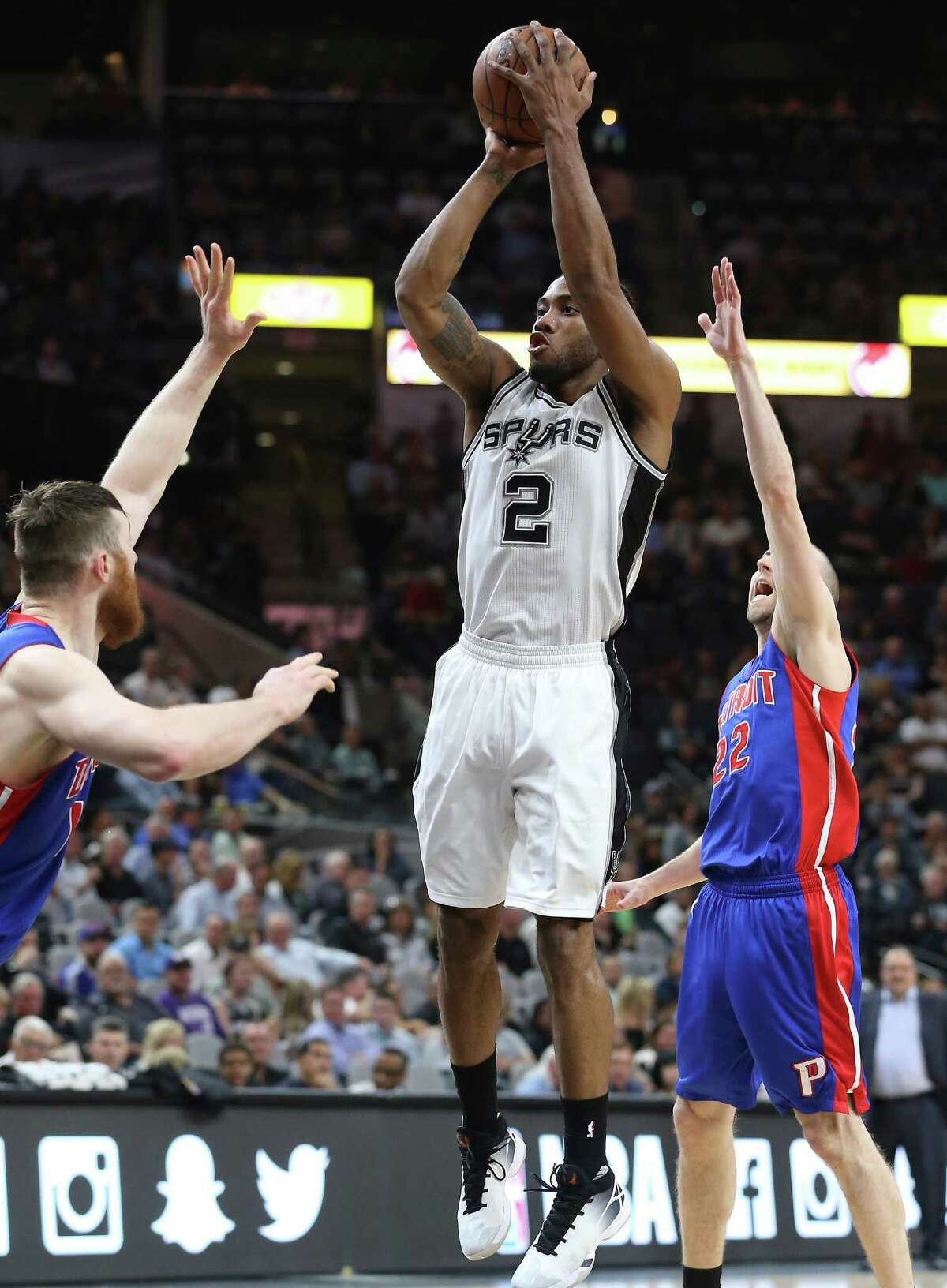 Kawhi Leonard hits a jumper as the Spurs host the Pistons at the AT&T Center on March 2, 2016.