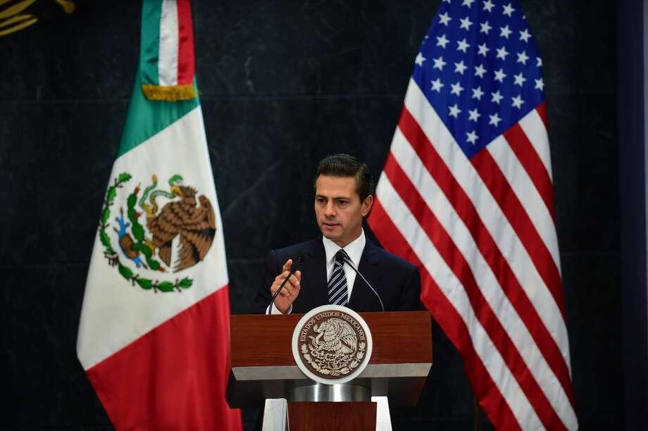 """""""Es evidente que no se puede compartir la visión ni los posicionamientos que este actor (Donald Trump) y aspirante a la presidencia (de EE.UU.) ha tenido. Por supuesto que no comparto y, al contrario, soy de los que lamentan y condenan este tipo de expresiones, que me parece claramente que son por un desconocimiento de México. Quien denuesta o llega a hablar mal de México es porque no conoce México"""", dijo el presidente mexicano, Enrique Peña Nieto, en declaraciones al periódico El Universal. Photo: RONALDO SCHEMIDT, AFP/Getty Images"""