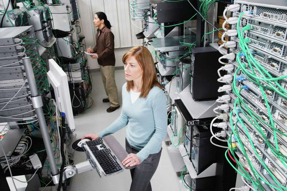 Computer Technicians in Server Room Photo: Fuse / Fuse