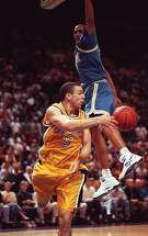 CHRONICLE 01/31/94 // CAL BEARS JASON KIDD DELIVERED A PASS AROUND UCLA CHARLES O'BANNON/ BY MICHAEL MACOR/SAN FRANCISCO CHRONICLE