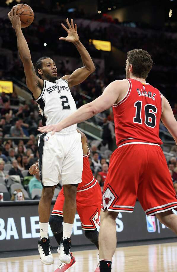Kawhi Leonard goes up looking to pass as the Spurs host Chicago at the AT&T Center on March 10, 2016. Photo: TOM REEL, SAN ANTONIO EXPRESS-NEWS / 2016 SAN ANTONIO EXPRESS-NEWS