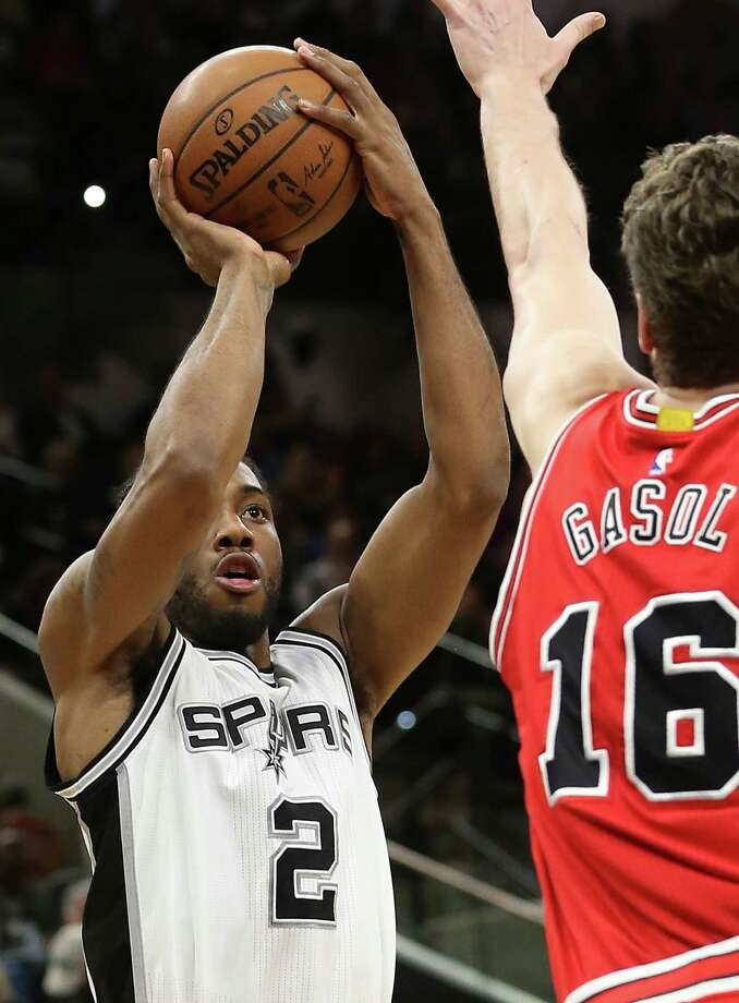 Kawhi Leonard shoots over Pau Gasol as the Spurs host Chicago at the AT&T Center on March 10, 2016. Photo: TOM REEL, SAN ANTONIO EXPRESS-NEWS / 2016 SAN ANTONIO EXPRESS-NEWS