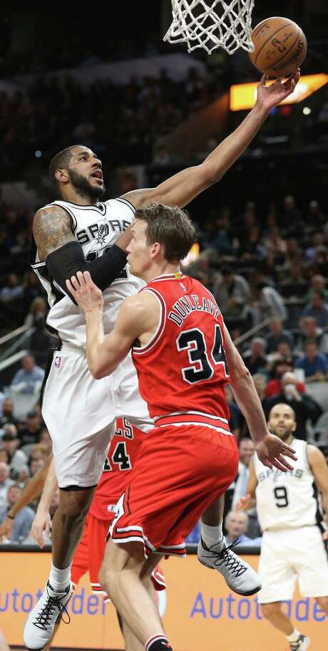 LaMarcus Aldridge puts up a shot over Mike Dunleavy as the Spurs host Chicago at the AT&T Center on March 10, 2016. Photo: TOM REEL, SAN ANTONIO EXPRESS-NEWS / 2016 SAN ANTONIO EXPRESS-NEWS