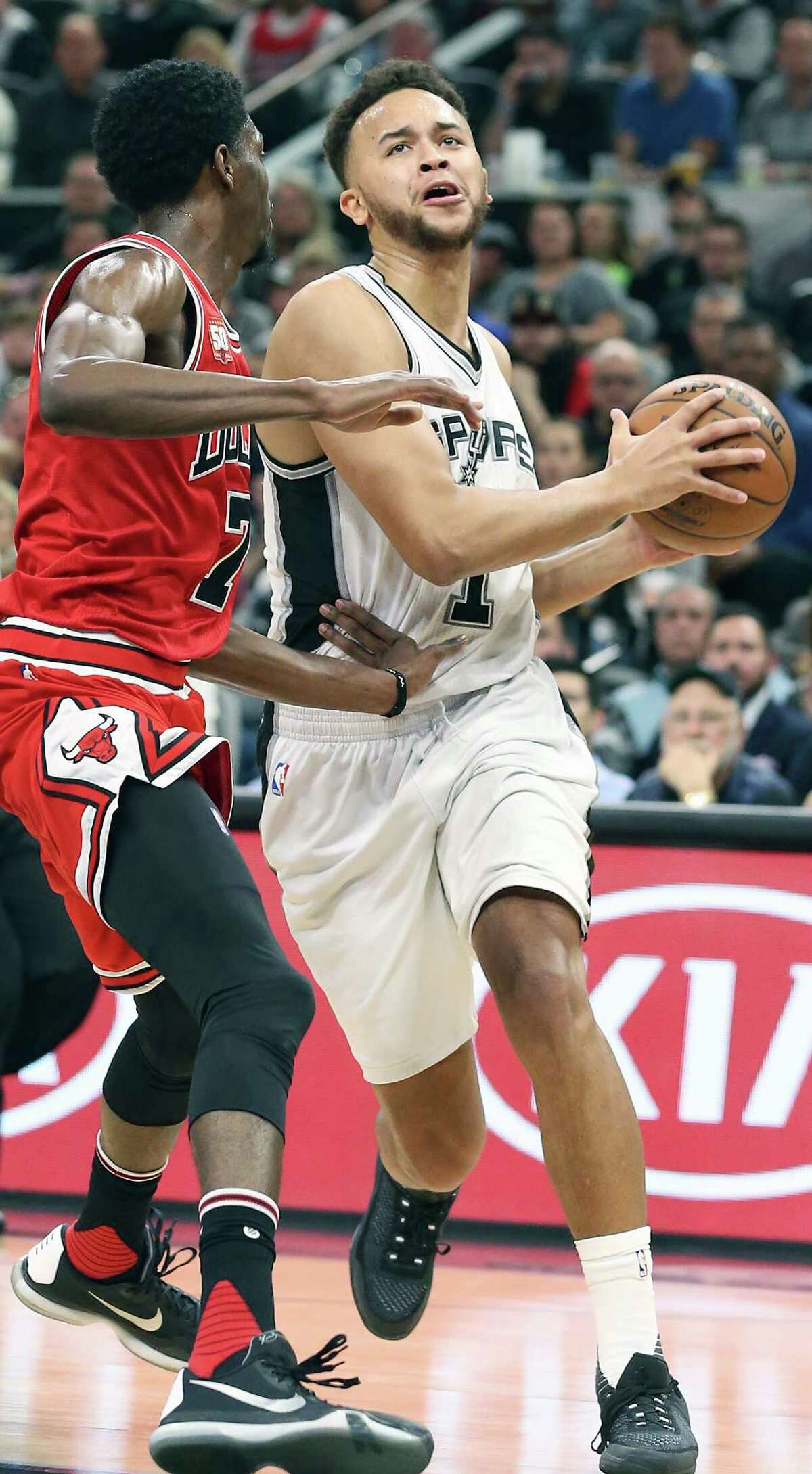 Kyle Anderson presses into the middle as the Spurs host Chicago at the AT&T Center on March 10, 2016.