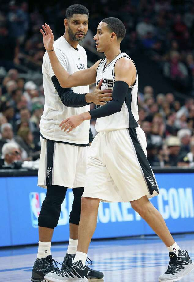 Tim Duncan encourages new Spur Kevin Martin as he comes off the court as the Spurs host Chicago at the AT&T Center on March 10, 2016. Photo: TOM REEL, STAFF / SAN ANTONIO EXPRESS-NEWS / 2016 SAN ANTONIO EXPRESS-NEWS