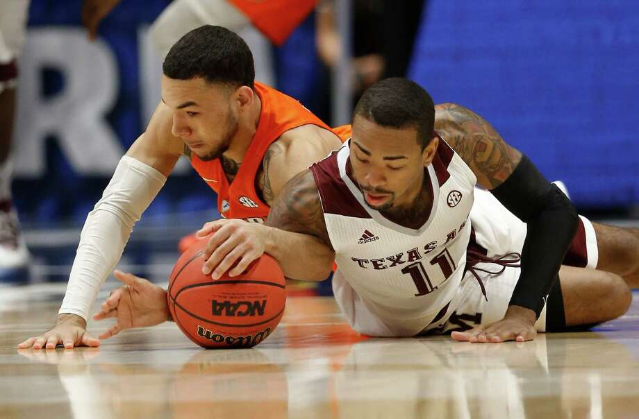 Florida's Chris Chiozza, left, and Texas A&M's Anthony Collins, right, battle for a loose ball during the first half of an NCAA college basketball game in the Southeastern Conference tournament in Nashville, Tenn., Friday, March 11, 2016. Photo: John Bazemore /AP / AP