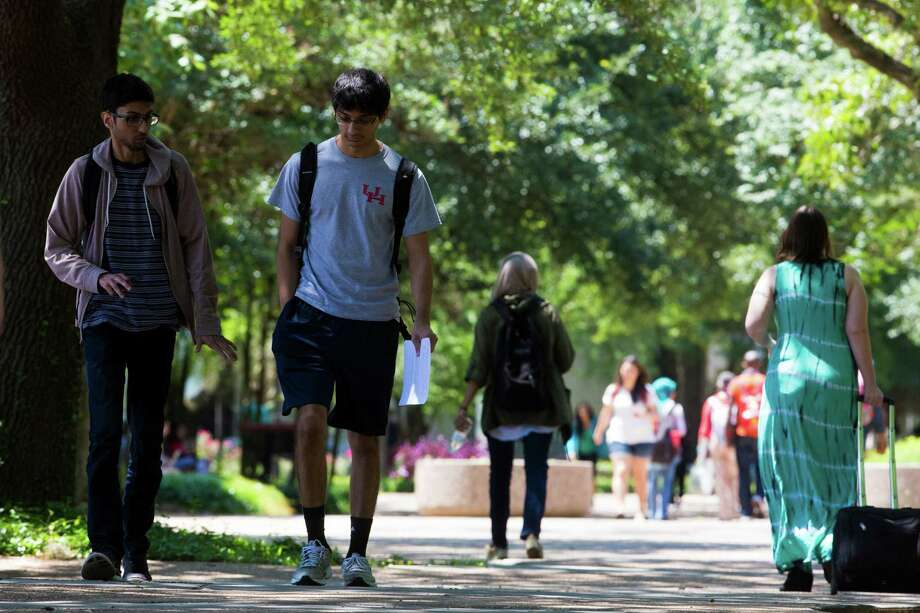 Students stroll across the University of Houston campus. ( Marie D. De Jesus / Houston Chronicle ) Photo: Marie D. De Jesus, Staff / © 2015 Houston Chronicle