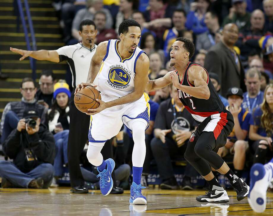 Golden State Warriors guard Shaun Livingston (34) moves the ball past Portland Trail Blazers guard Brian Roberts (2) during the second half NBA game at Oracle Arena in Oakland, Calif., on Friday, March 11, 2016. Warriors won 128-112. Photo: Tony Avelar, Special To The Chronicle
