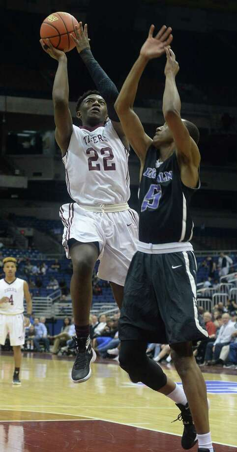 Silsbee's Michael McCain drives up to the basket as Dallas Lincoln's Kortrijk Miles defends during Saturday's Class 4A state final championship game at the Alamodome. Photo taken Saturday, March 12, 2016 Kim Brent/The Enterprise Photo: Kim Brent / Beaumont Enterprise