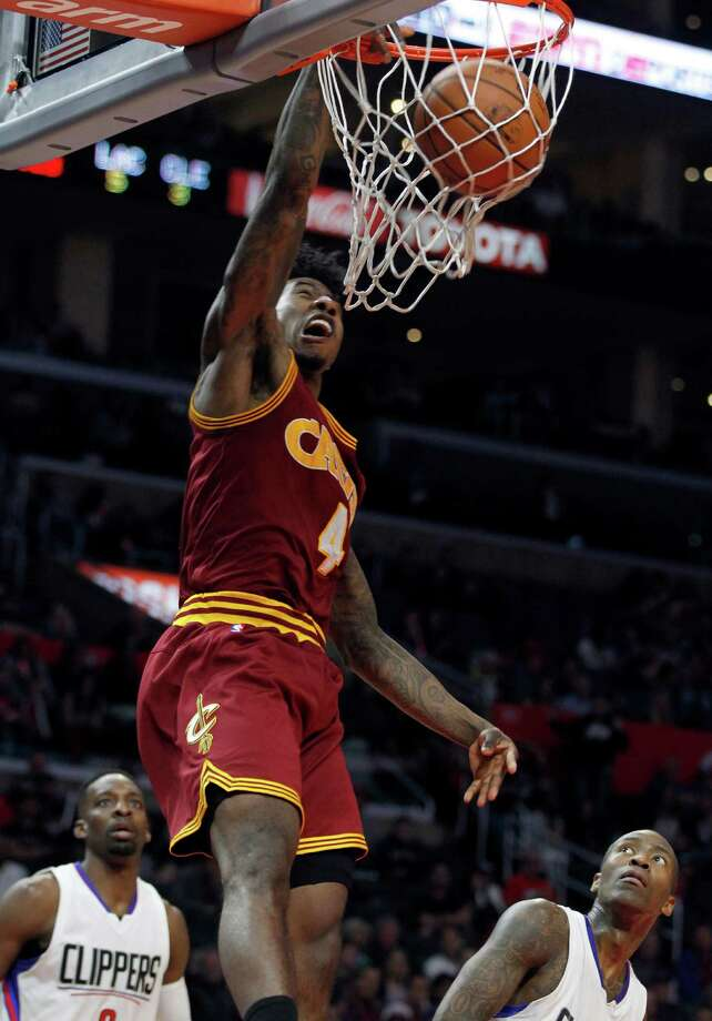 Cleveland Cavaliers guard Iman Shumpert (4) dunks against Los Angeles Clippers forward Jeff Green, left, and guard Jamal Crawford, right, during the second half of an NBA basketball game in Los Angeles, Sunday, March 13, 2016. (AP Photo/Alex Gallardo) ORG XMIT: LAS110 Photo: Alex Gallardo / FR170211 AP
