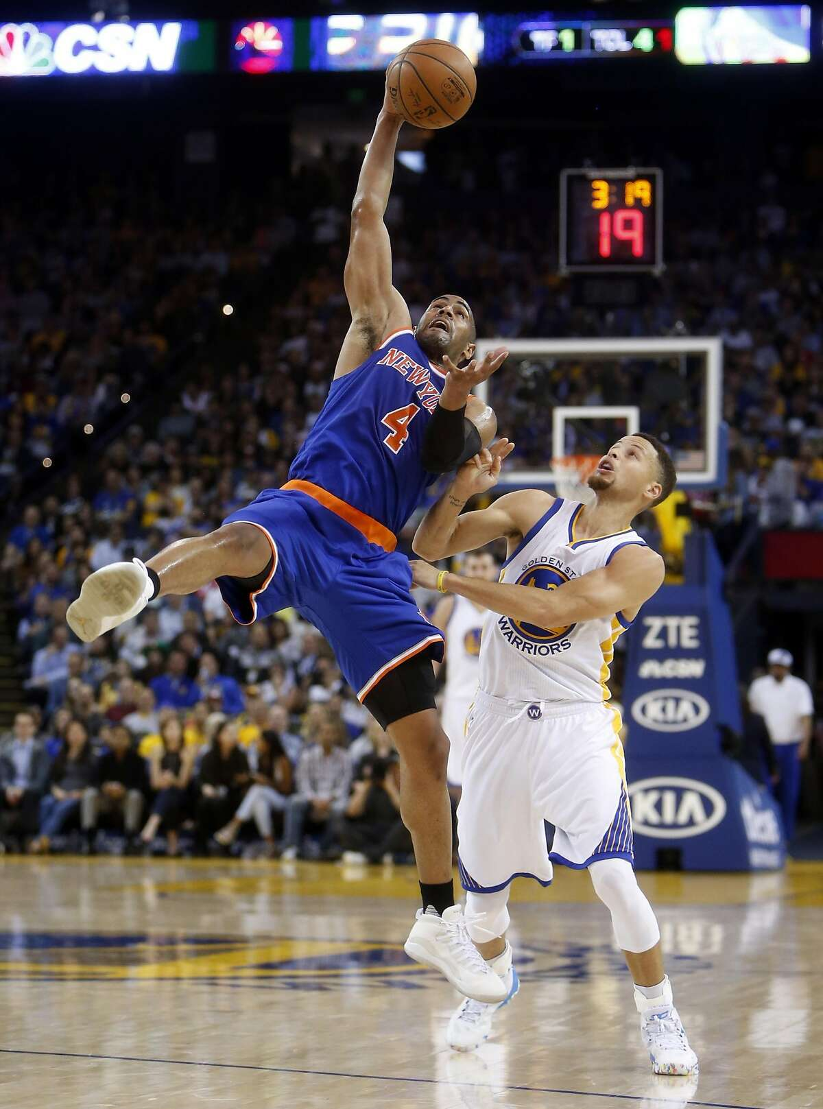 New York Knicks' Arron Afflalo grabs a pass against Golden State Warriors' Stephen Curry in 2nd quarter of NBA game at Oracle Arena in Oakland, Calif., on Wednesday, March 16, 2016.