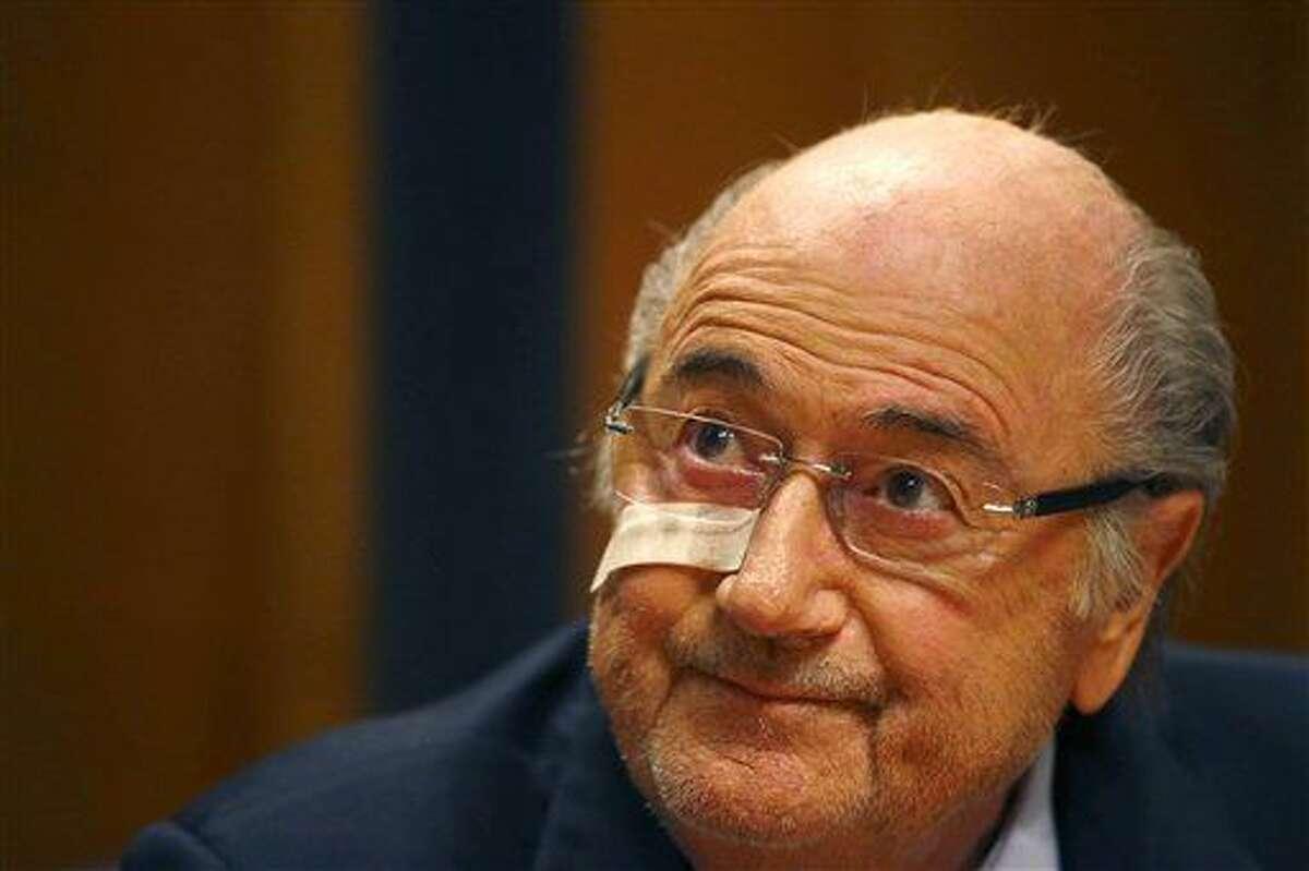 ARCHIVO - En esta imagen del 21 de diciembre de 2015, el suspendido presidente de la FIFA Joseph Blatter asiste a una rueda de prensa en Zúrich, Suiza, tras ser inhabilitado durante ocho años de toda actividad relacionada con el fútbol. (AP Foto/Matthias Schrader, archivo)