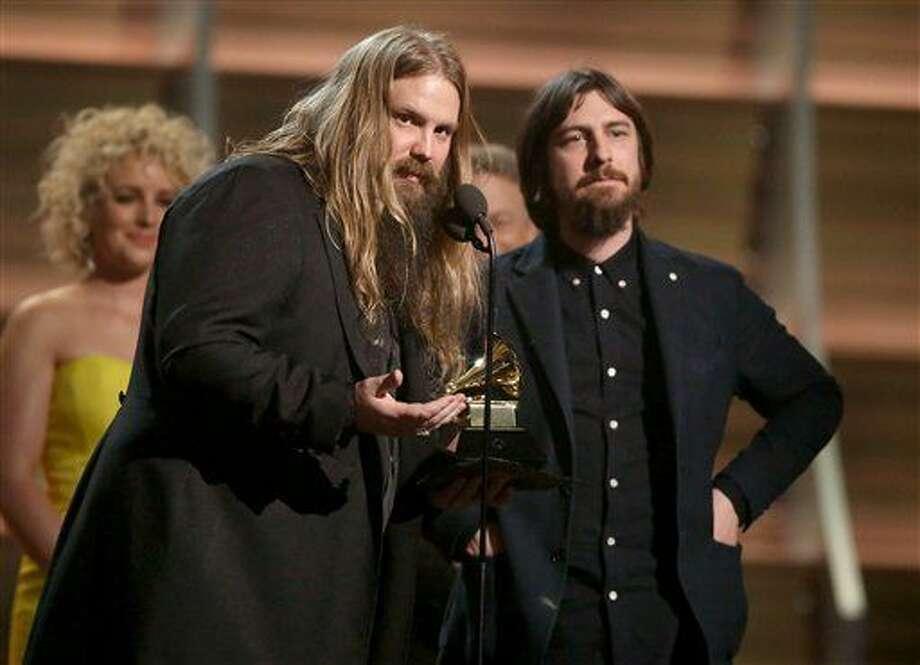 """Chris Stapleton, a la izquierda, y Dave Cobb aceptan el Grammy al mejor álbum country por """"Traveller"""" el lunes 15 de febrero del 2016 en Los Angeles. (Foto por Matt Sayles/Invision/AP) Photo: Matt Sayles"""