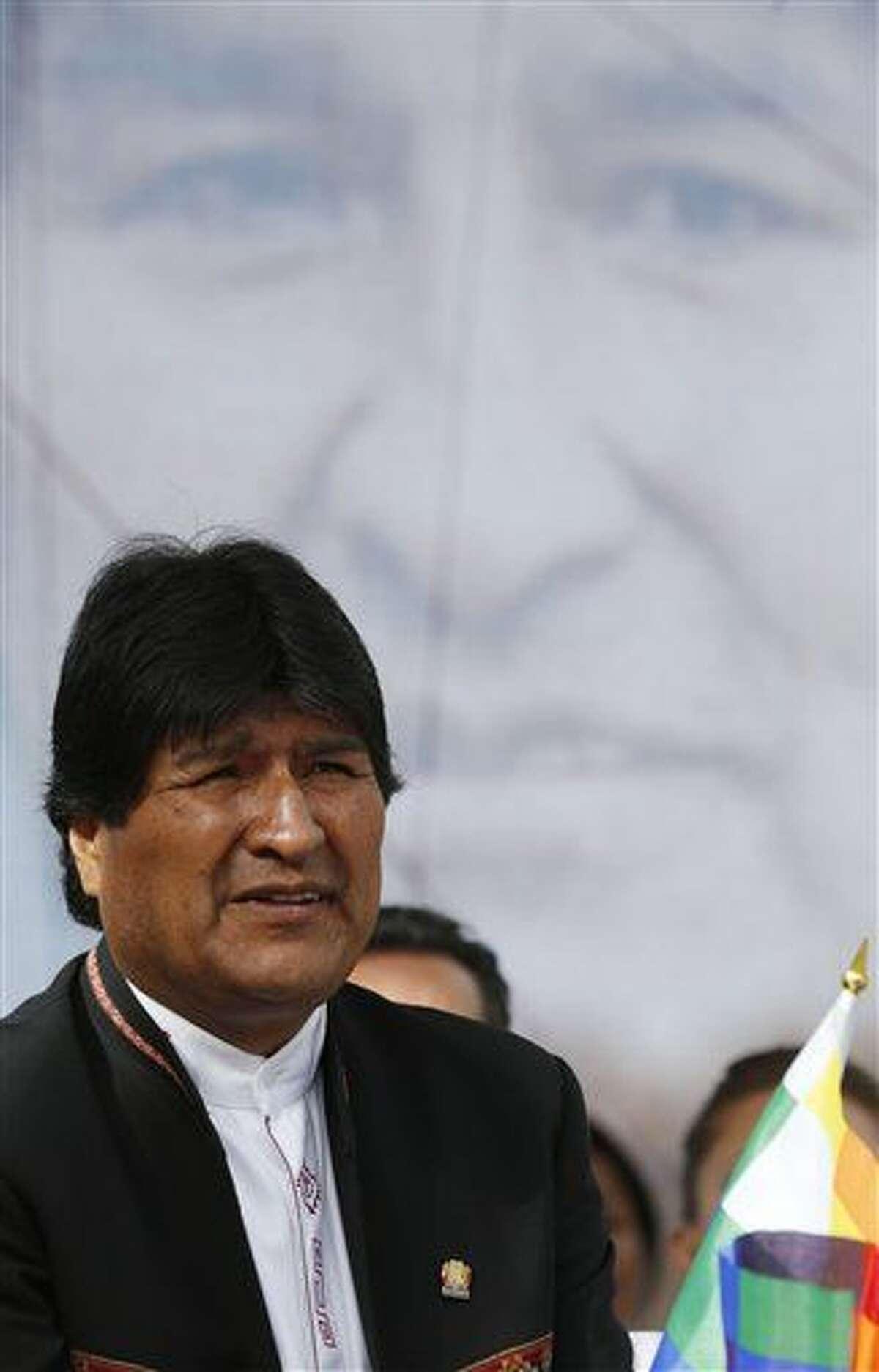 """El presidente de Bolivia Evo Morales asiste a una ceremonia de firma de la expansión y ampliación de la carretera que une la capital con la vecina ciudad de El Alto en La Paz, el lunes, 22 de febrero de 2016. Morales reconoció el miércoles su derrota en las urnas y dijo que sólo perdió una batalla pero no la guerra, un día después de que el Tribunal Constitucional declarara ganador por tres puntos al """"No"""" a la reforma constitucional que le habría permitido postularse a un cuarto período consecutivo en 2019.(Foto AP/Juan Karita)"""