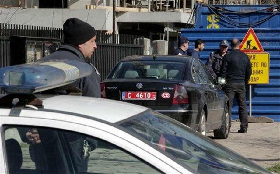 En esta imagen tomada de un video AP el viernes 26 de febrero, patrullas están estacionadas afuera de la embajada palestina en Sofía, Bulgaria. Las autoridades búlgaras investigan la inexplicable muerte de un hombre palestino buscado por Israel en relación a un asesinato de 1986. Su muerte en la embajada palestina en Sofía fue catalogada de asesinato por el embajador. (Foto AP) Photo: Uncredited
