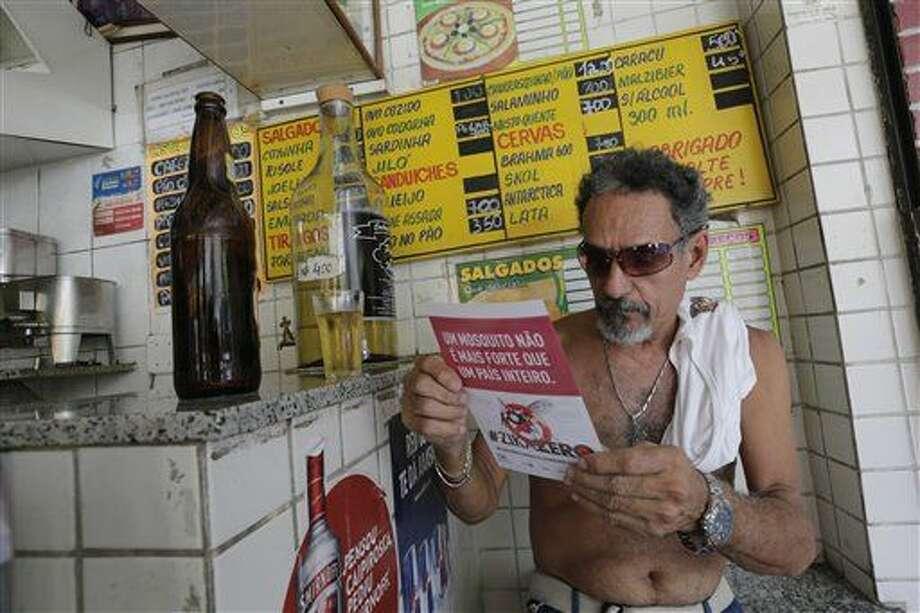 Un hombre lee un panfleto con información sobre cómo erradicar el mosquito Aedes aegypti que propaga el virus del zika en un bar en Rio de Janeiro, Brasil, el sábado 13 de febrero de 2016. Más de 200.000 soldados del ejército, la marina y fuerzas aéreas se dispersan a lo largo de Brasil para demostrarle a la gente cómo eliminar el mosquito. (Foto AP/Silvia Izquierdo) Photo: Silvia Izquierdo