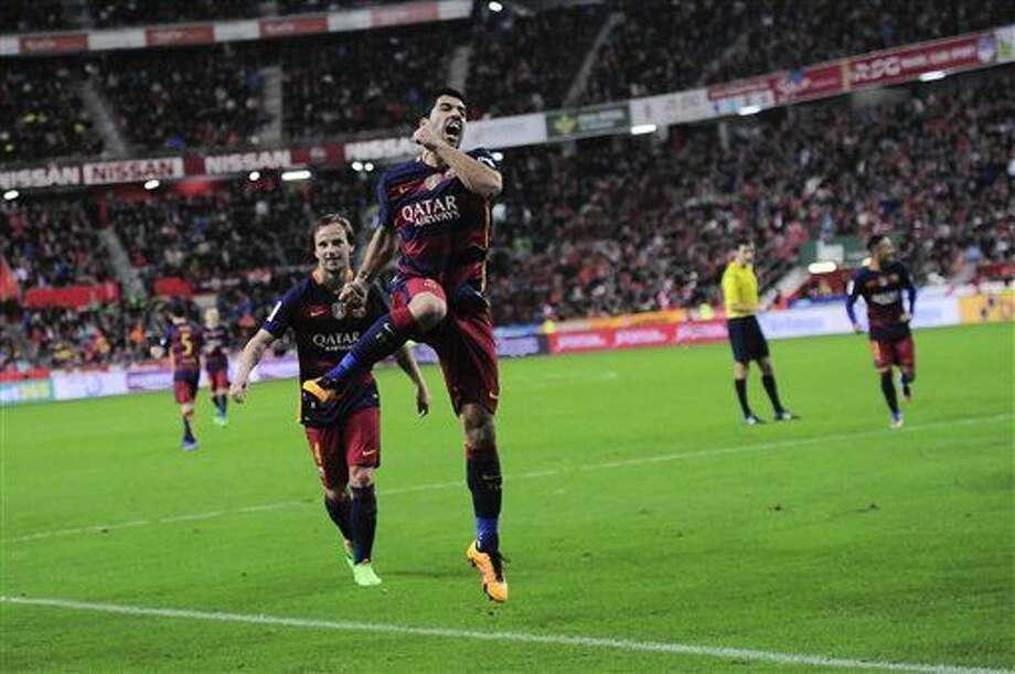 El jugador del Barcelona, Luis Suárez, al frente, festeja un gol contra Sporting de Gijón en la liga española el miércoles, 17 de febrero de 2016, en Gijón, España. (AP Photo/Alvaro Barrientos) Photo: Alvaro Barrientos