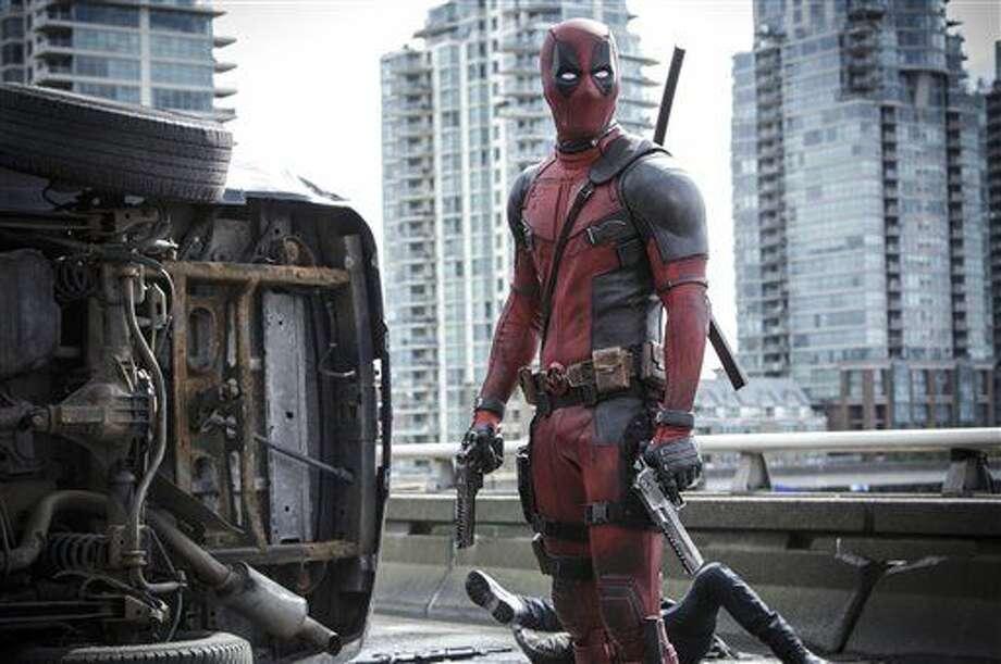 """Esta imagen proveída por Twentieth Century Fox muestra a Ryan Reyonlds en una escena de la película """"Deadpool"""". (Joe Lederer/Twentieth Century Fox Film Corp. via AP) Photo: Joe Lederer"""