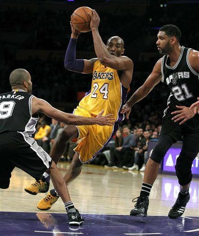 La estrella de los Lakers de Los Ángeles Kobe Bryant (24) intenta avanzar a canasta ante Tony Parker (9) y Tim Duncan (21), de los Spurs de San Antonio, durante la primera mitad del juego de la NBA que enfrentó a ambos equipos, el 19 de febrero de 2016 en Los Ángeles. (Foto AP/Alex Gallardo) Photo: Alex Gallardo