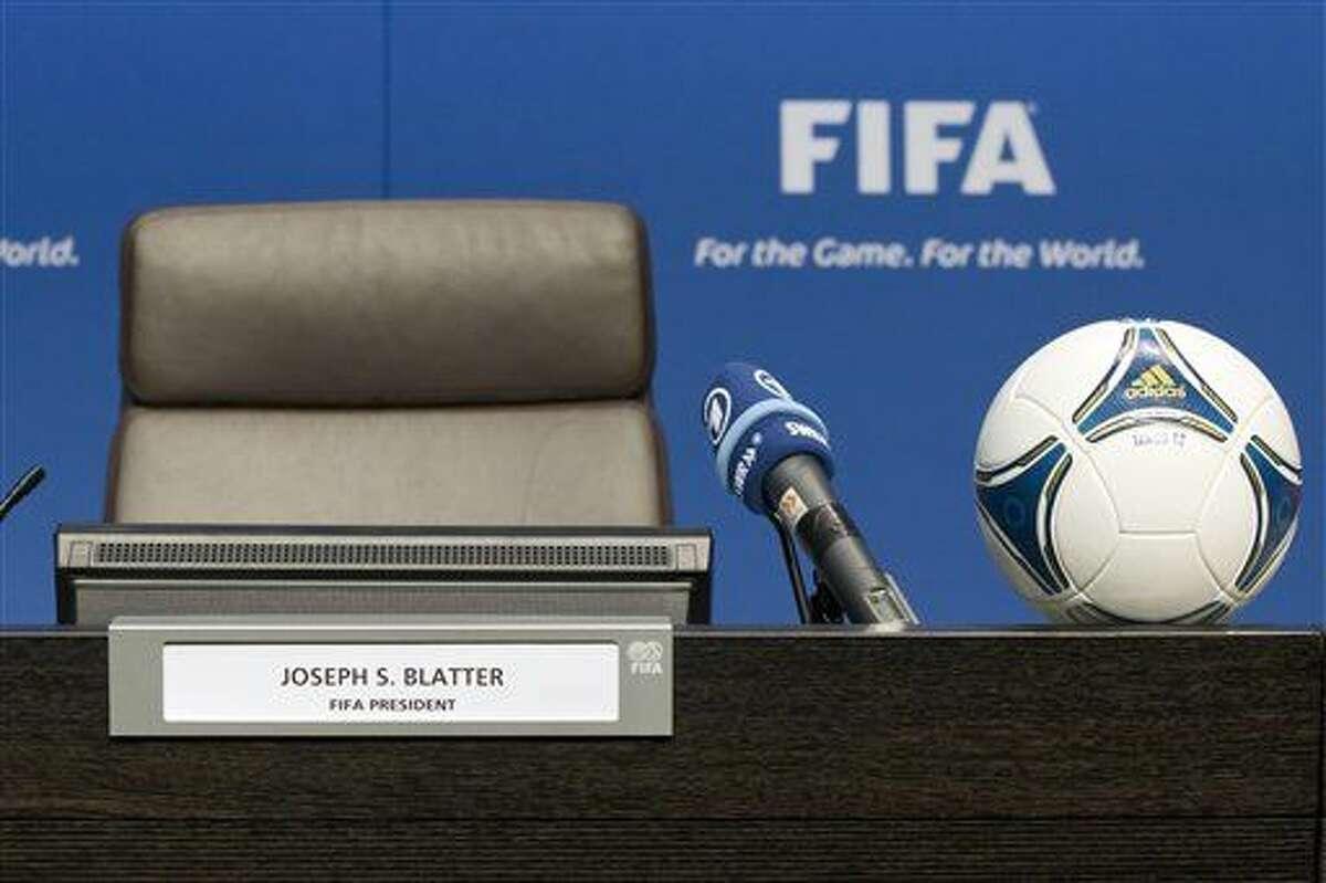 ARCHIVO - En esta imagen del 17 de julio de 2012, una foto de la butaca del presidente de la FIFA Joseph Blatter, vacío antes de una rueda de prensa tras el congreso extraordinario de la FIFA en su sede de Zúrich, Suiza. (Alessandro Della Bella/Keystone via AP, archivo)