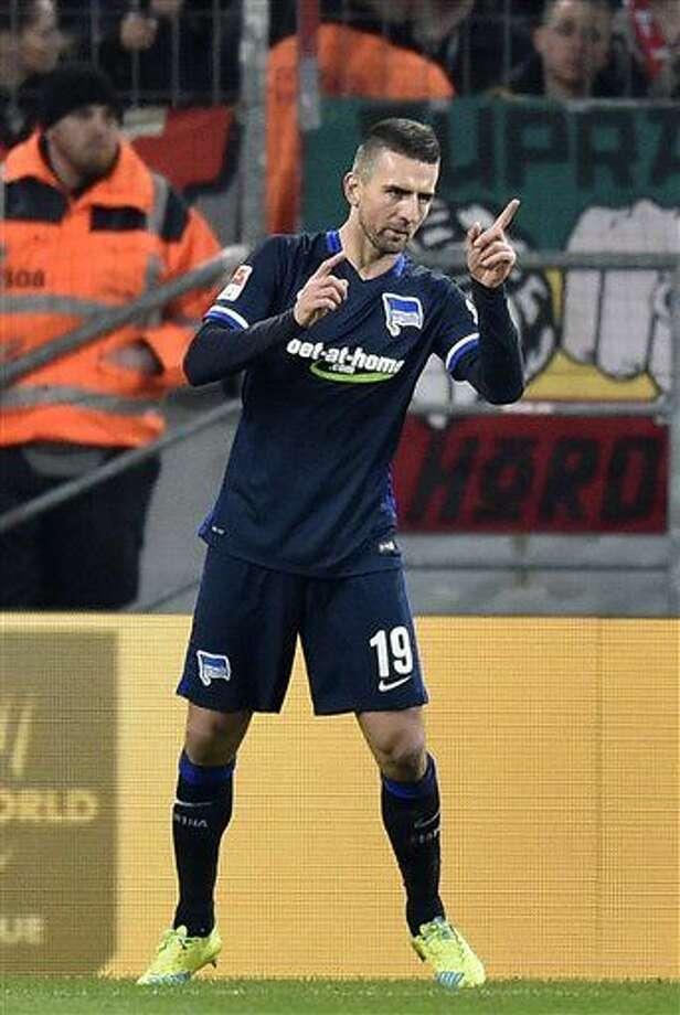 Vedad Ibisevic del Hertha Berlín tras anotar el gol de la victoria 1-0 ante Colonia por la Bundesliga el viernes 26 de febrero de 2016. (AP Foto/Martin Meissner) Photo: Martin Meissner