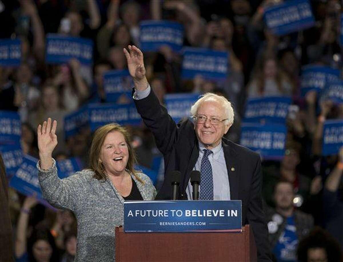 El aspirante a la candidatura presidencial demócrata, el senador Bernie Sanders, y su esposa, Jane, a la izquierda, saluda a simpatizantes durante un acto político en Greenville, South Carolina, el domingo 21 de febrero de 2016. (AP Foto/John Bazemore)