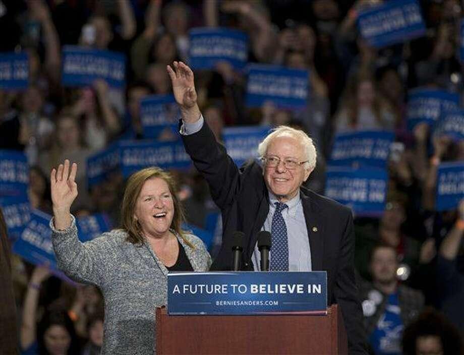 El aspirante a la candidatura presidencial demócrata, el senador Bernie Sanders, y su esposa, Jane, a la izquierda, saluda a simpatizantes durante un acto político en Greenville, South Carolina, el domingo 21 de febrero de 2016. (AP Foto/John Bazemore) Photo: John Bazemore