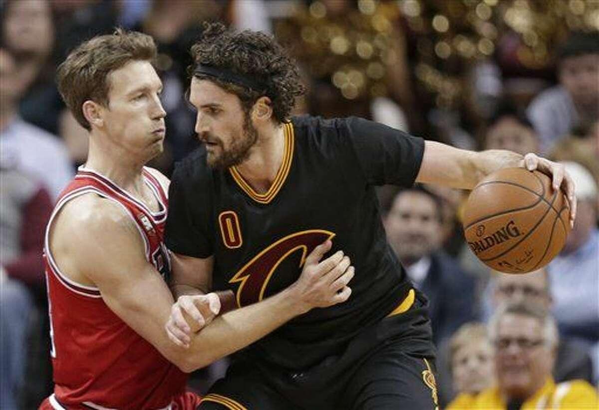 Kevin Love de los Cavaliers de Cleveland trata de desmarcarse de Mike Dunleavy de los Bulls de Chicago el jueves 18 de febrero de 2016. (AP Foto/Tony Dejak)