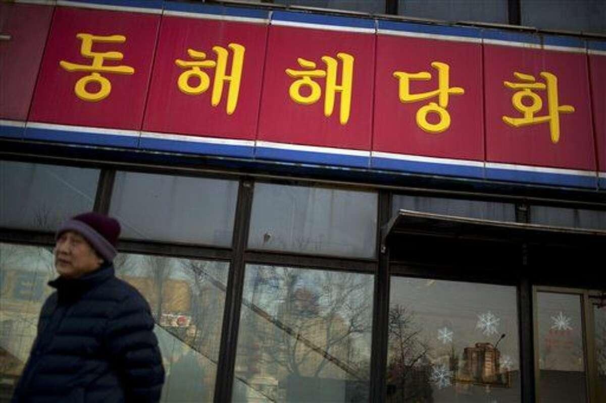 Un hombre pasa junto a un restaurante Haedanghwa, operado por Corea del Norte, en Beijing, el 17 de febrero de 2016. (Foto AP/Mark Schiefelbein)