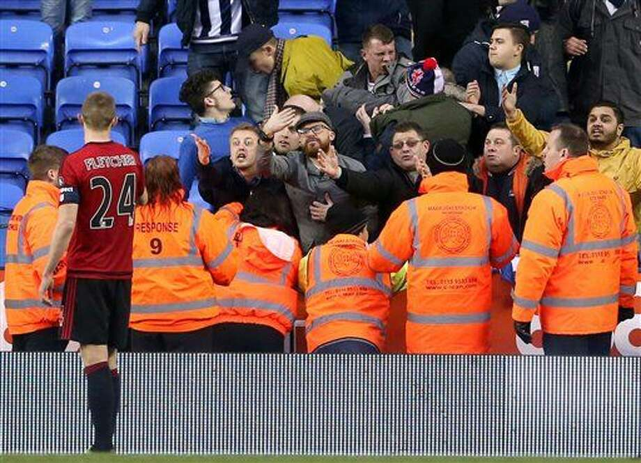 Hinchas de West Bromwich Albion gritan al jugador Darren Fletcher durante un partido contra Reading por la Copa de la FA el sábado, 20 de febrero de 2016, en Reading, Inglaterra. (PRESS ASSOCIATION Photo. Picture date: Saturday Feb. 20, 2016. Scott Heavey / PA via AP) UNITED KINGDOM OUT - NO SALES - NO ARCHIVES Photo: Scott Heavey