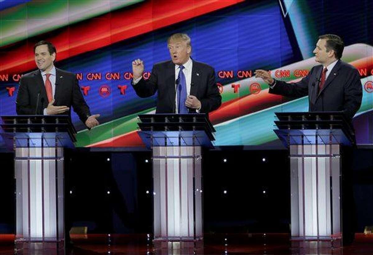 De izquierda a derecha, el senador Marco Rubio, de Florida, el empresario Donald Trump y el senador Ted Cruz, de Texas, hablan durante un debate entre los aspirantes a la candidatura presidencial republicana en la Universidad de Houston, el jueves 25 de febrero de 2016, en Houston. (Foto AP/David J. Phillip)