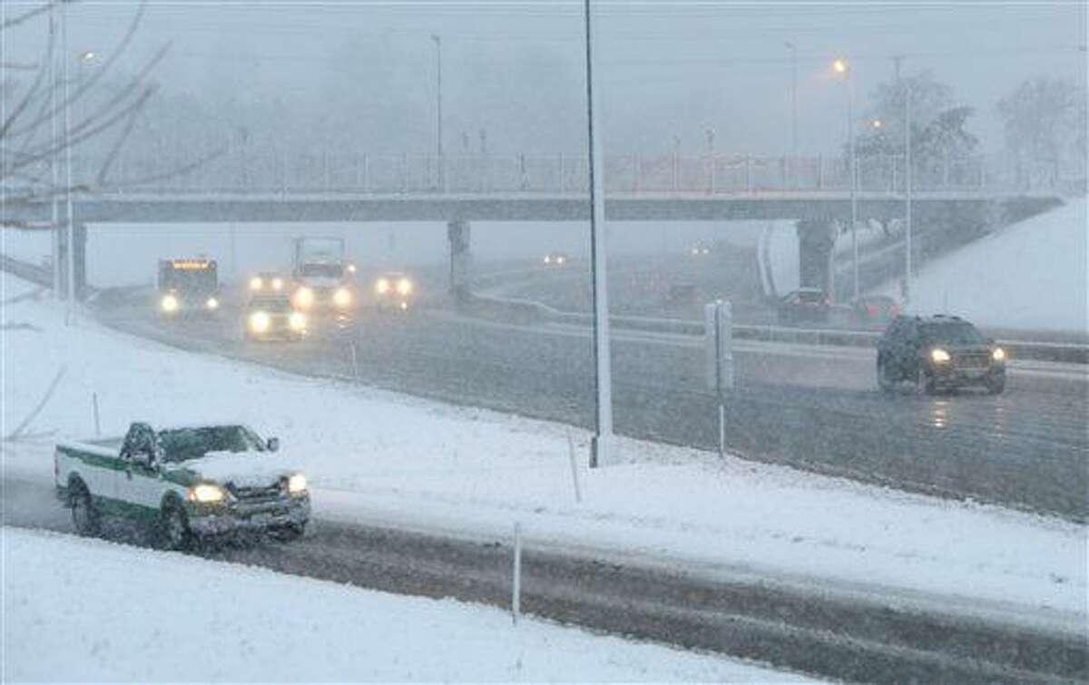 Vista de la carretera interestatal 44 durante una nevada en el área de St. Louis, Mo., el 24 de febrero del 2016. . (Cristina Fletes /St. Louis Post-Dispatch via AP) EDWARDSVILLE INTELLIGENCER OUT; THE ALTON TELEGRAPH OUT; MANDATORY CREDIT