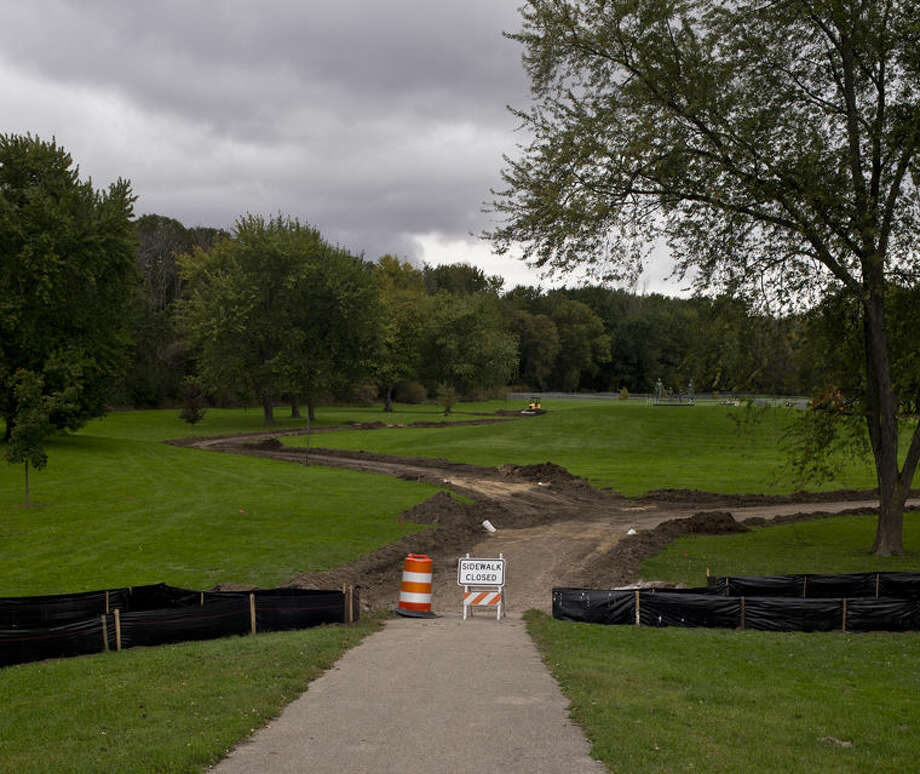 Construction continues at Chippewassee Park on Tuesday in downtown Midland. Photo: Erin Kirkland | Midland Daily News