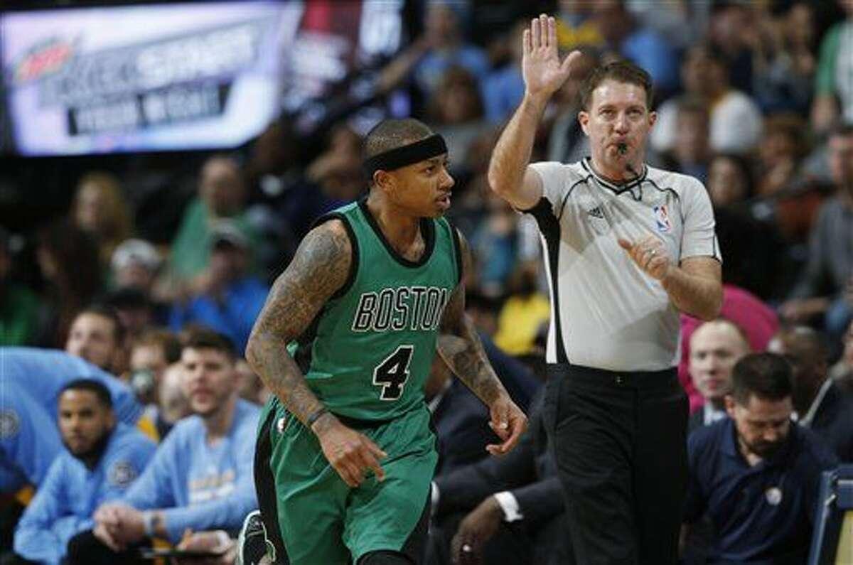 Isaiah Thomas, de los Celtics de Boston, vuelve al otro extremo de la cancha luego de encestar un triple ante los Nuggets de Denver, el domingo 21 de febrero de 2016 (AP Foto/David Zalubowski)