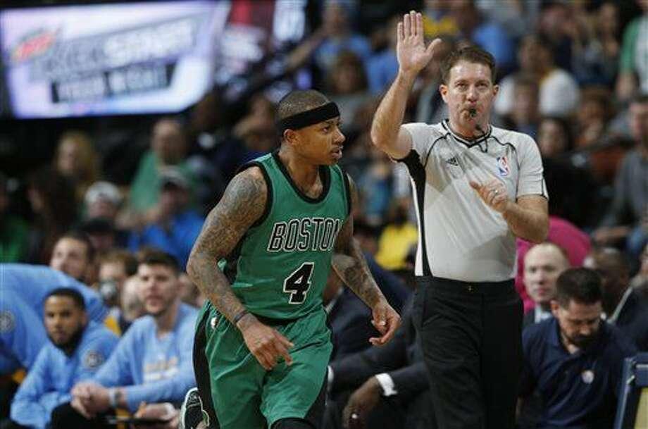 Isaiah Thomas, de los Celtics de Boston, vuelve al otro extremo de la cancha luego de encestar un triple ante los Nuggets de Denver, el domingo 21 de febrero de 2016 (AP Foto/David Zalubowski) Photo: David Zalubowski