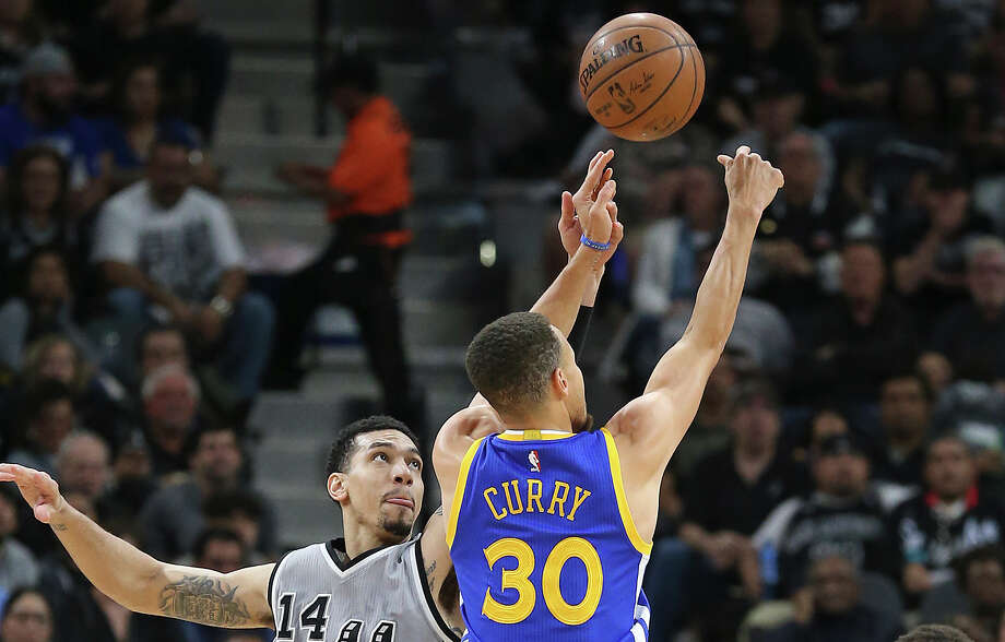 Danny Green gets a hand on Stephen Curry's shot as the Spurs host the Warriors on March 19. Photo: Tom Reel /San Antonio Express-News / 2016 SAN ANTONIO EXPRESS-NEWS